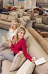 Porträt einer glücklichen Mutter und Tochter im Möbelhaus