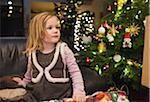 Fille sur à la maison avec l'arbre de Noël, Allemagne