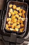 Tiefe Bratkartoffeln in einem Korb Frittieren