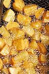 Kartoffeln werden in heißem Öl gebraten