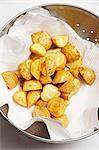 Pommes de terre frites profondes séchés sur du papier de cuisine