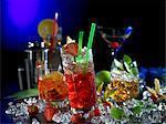 Divers cocktails avec un mélangeur à cocktail et glace pilée