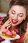 Une fille de style rétro avec des muffins aux fraises