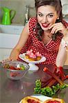 Une fille de style rétro avec des muffins aux fraises, fraises et rhubarbe