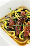 Boeuf avec poivre de montagne japonaise, Nouilles udon et d'algues dans la soupe aux légume