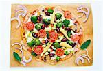 Une pizza colorée avec des épis de maïs