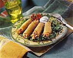 Gegrilltes Huhn Taquitos mit Guacamole und Sauerrahm