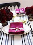 Un cadre de place avec une plaque blanche et une serviette en papier rose