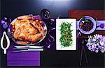 Chinois rôti de dinde avec haricots verts sur une table avec décorations violettes