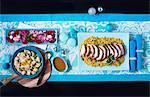 Marokkanische gebratenem Truthahn in Scheiben auf Couscous mit Blumenkohl und Salat (von oben gesehen)