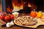 Un poulet et pizza légume sur une pizza pagaient en face d'un four à bois