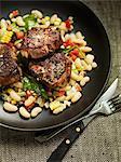 Côtelettes d'agneau sur un haricot et salade de maïs