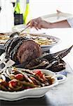 Rôti de boeuf aux olives, salade de haricots et des pommes de terre au gratin