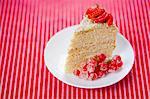 Eine Scheibe Erdbeer und Johannisbeer-Himbeer Kuchen