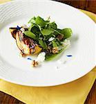 Salade de pêche grillés verts, fromage de chèvre et noix