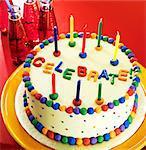 Bunte Feier Kuchen mit Kerzen