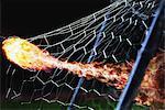 Flammenden Soccer Ball im Tor Net