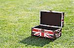 Britische Flagge-Aktenkoffer auf grasbewachsenen Feld