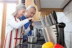 Vieux couple cuire ensemble dans la cuisine