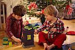 Garçons ouvrir les cadeaux de Noël