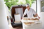 Chef transportant des plateaux de pain à van