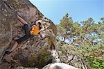 Kletterer, die steile Felswand Skalierung