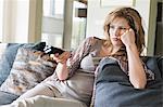 Frau vor dem Fernseher und auf der ernsthaften Suche