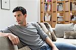 Homme au repos sur un canapé