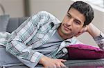 Homme couché sur un divan et pensée