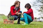 Femme et fils regardant les légumes dans un parc