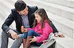 Mann sitzt mit seiner Tochter Essen Pain au chocolat