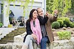 Couple romantique, assis dans un jardin