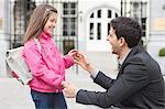 Homme parle à sa fille