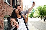 Couple en prenant une photo d'eux-mêmes