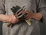 Frau holding Gartenarbeit Handschuhe und Kelle