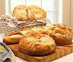Assortierte Laibe von knusprigem Brot