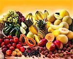Affichage de fruits exotiques avec des avocats, des baies et des fruits à noyau