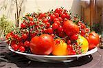 Grande assiette de tomates différentes sur la Table en plein air