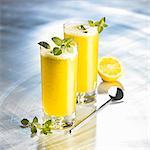 Orange boissons avec du miel, de soude et de menthe