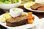 Steak de boeuf à la courge musquée, crème d'épinards et pommes de terre à l'aneth