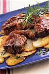 Côtelettes d'agneau au romarin et pommes de terre en tranches
