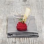 Mousse de betteraves rouges au romarin dans un verre