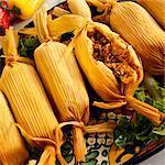 Platte mit Fleisch serviert, Tamales gefüllt; Eine aufgeschnitten