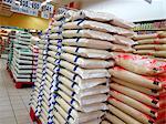 Divers sacs de riz dans un supermarché en Thaïlande