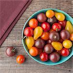 Maine cultivé des tomates dans un bol ; Cerise noire, médaille d'or du soleil, coing et cerise ; D'en haut
