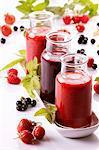 Ein Himbeer-Smoothie, eine Rote Johannisbeere Smoothie und eine Erdbeere smoothie