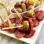 Tranches de Salami Fuet avec Olives vertes et les poivrons ; Avec des cure-dents en bois