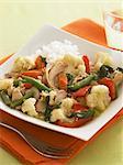 Ragoût de légumes de poulet sur une plaque carrée avec riz