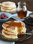 Stapel von Buttermilch Pfannkuchen mit Sirup und Puderzucker; Biss herausgenommen