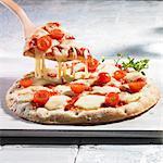 Pizza Margherita mit Tomaten und mozzarella